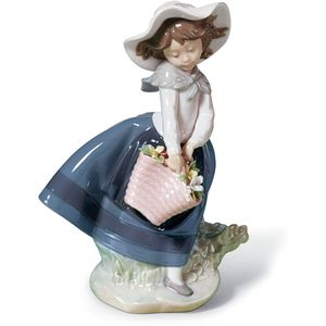 Lladro Pretty Pickings Figurine